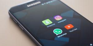 WhatsApp em dois celulares