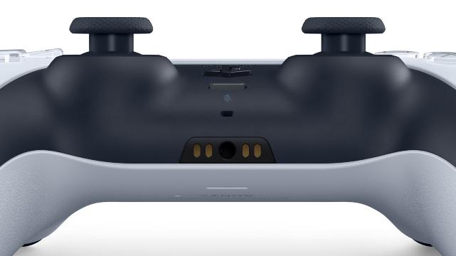 Visão inferior do controle Dual Sense do PlayStation 5
