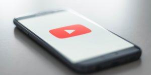 Celular com o logo do YouTube