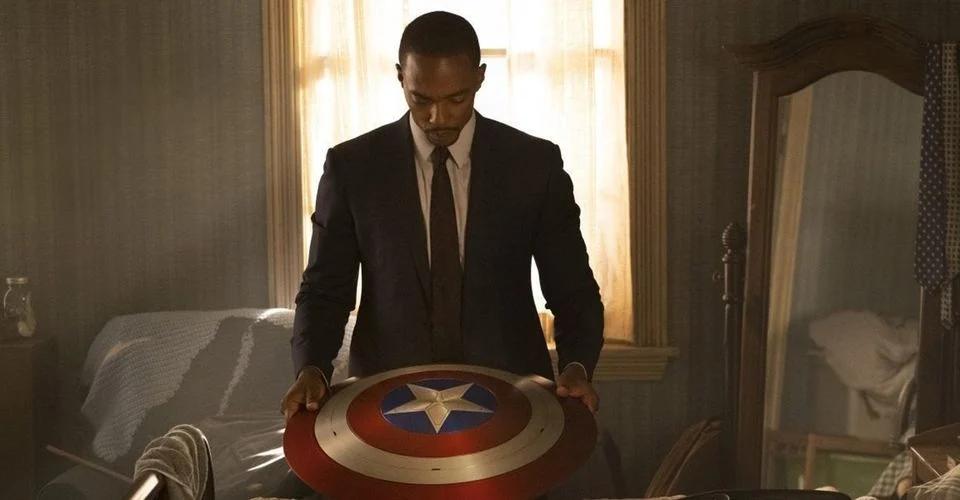 Falcão segurando o escudo do Capitão América