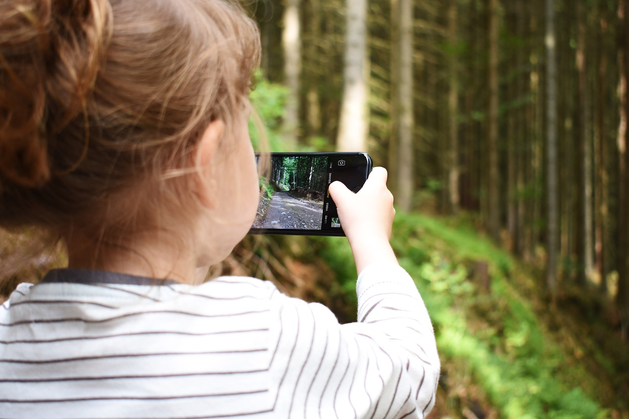 Criança utilizando um smartphone