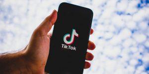 Celular com o TikTok aberto