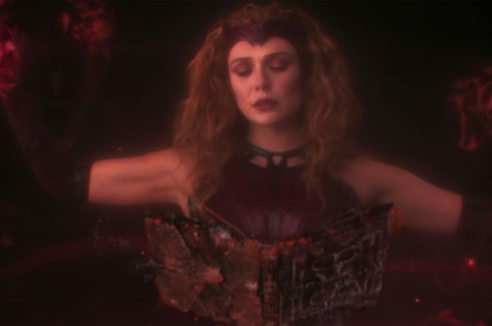 Feiticeira Escarlate lendo o Darkhold