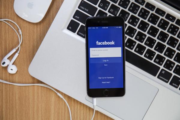 celular com aplicativo facebook