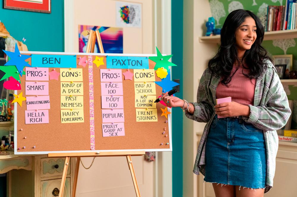 Nova imagem da segunda temporada de Eu Nunca..., mostrando Devi fazendo um quadro de prós e contras para seus pretendentes