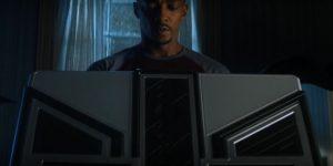 Sam WIlson abrindo a caixa de Wakanda