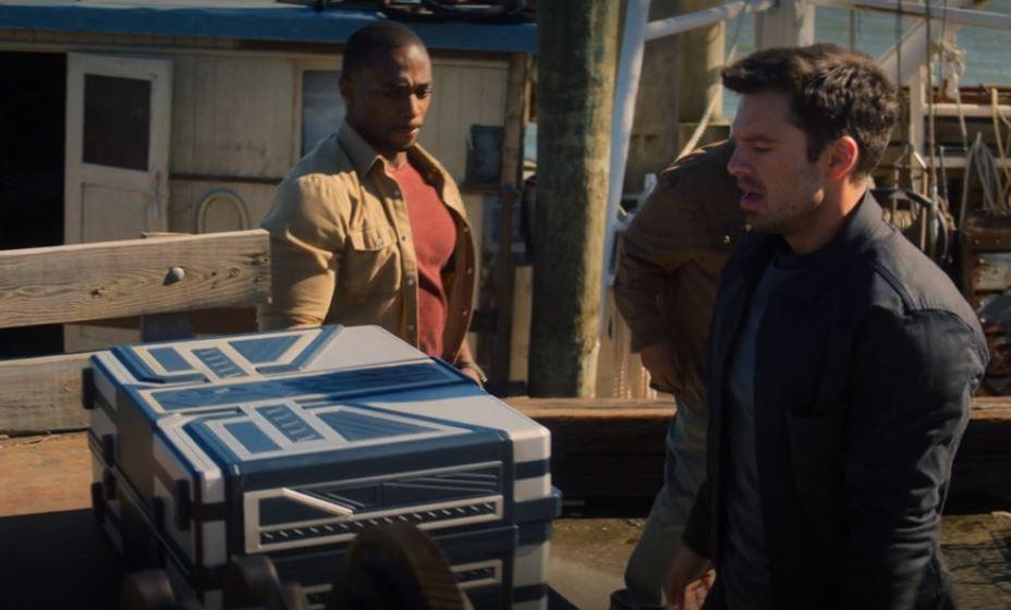 Bucky Barnes entregando a caixa de Wakanda para Sam Wilson