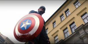 John Walker com o escudo do Capitão América manchado de sangue