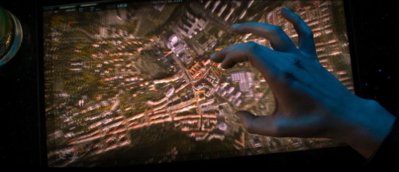 Sharon Carter acessando um satélite