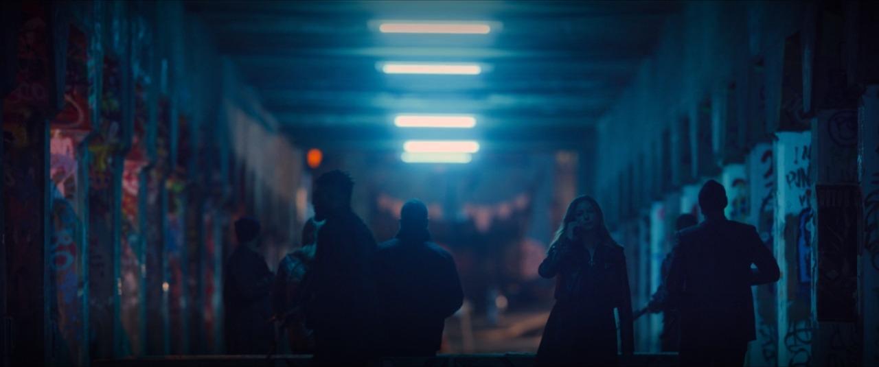 Sharon Carter andando entre uma milícia armada