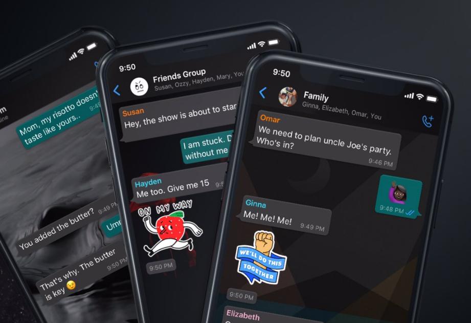 três celulares demonstrando o whatsapp em modo escuro