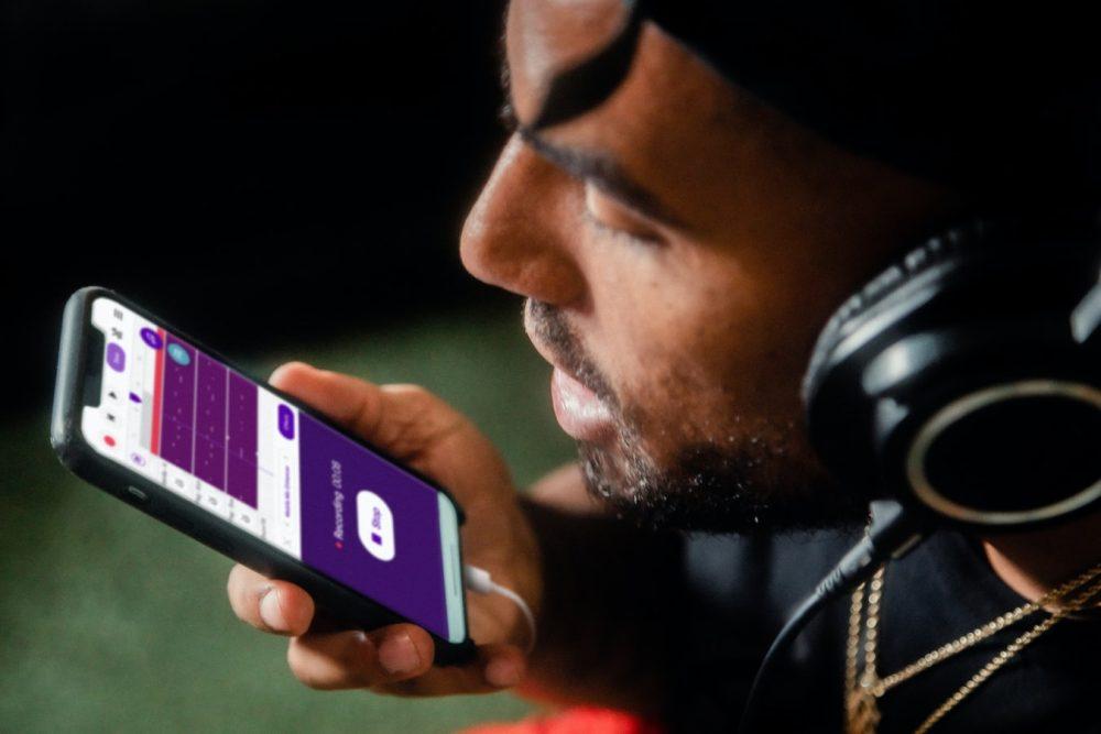 homem com fones utilizando aplicativos de gravação de voz