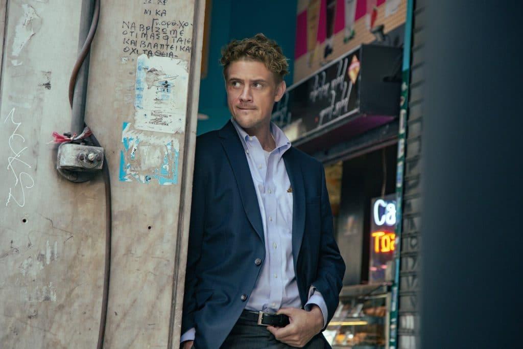 O ator Boyd Holbrook como Tynan no filme Beckett (Imagem: Divulgação/Netflix)