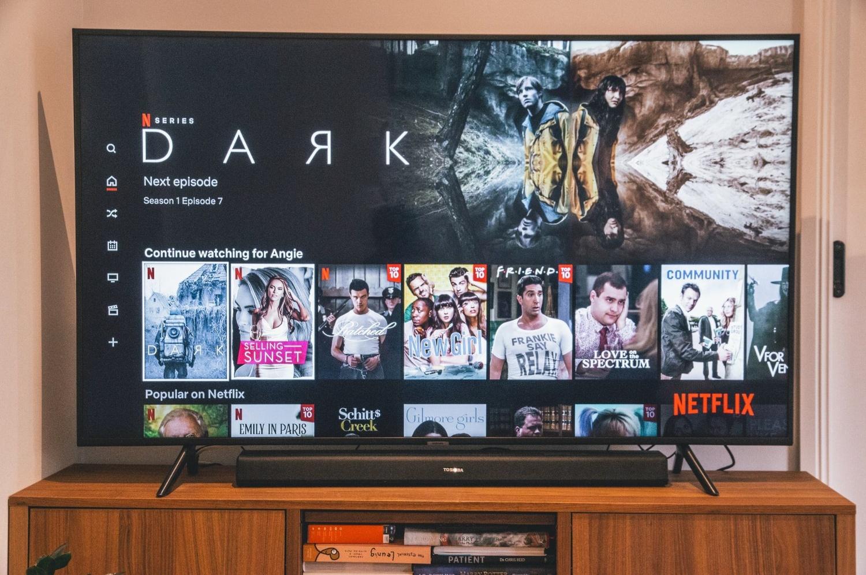 Netflix   Conheça os planos disponíveis - Qual compensa mais assinar? (Imagem: Marques Kaspbrak/Unsplash)