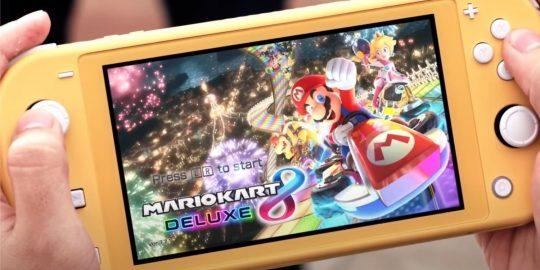Imagem do trailer de anúncio do Nintendo Switch Lite mostrando o console na cor amarela (Imagem: Divulgação/Console)