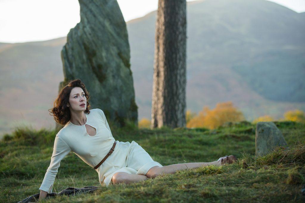 Caitriona Balfe em uma cena em Kinloch Rannoch, Escócia (Imagem: Reprodução/Starz)
