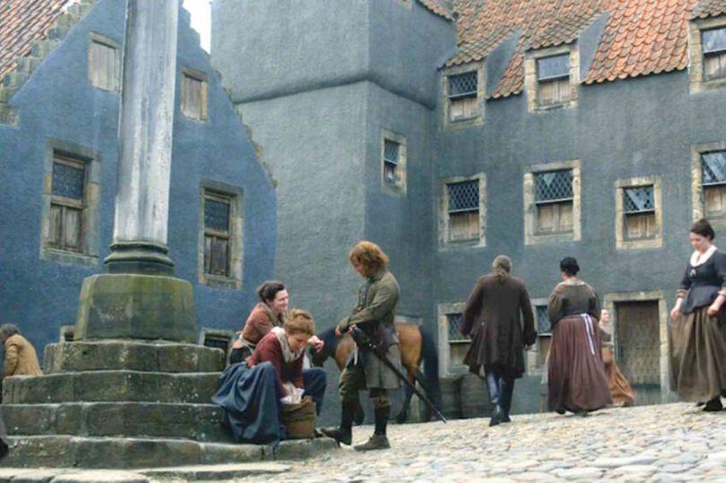 Cena de OUtlander na Vila de Culross (Imagem: Reprodução/Starz)