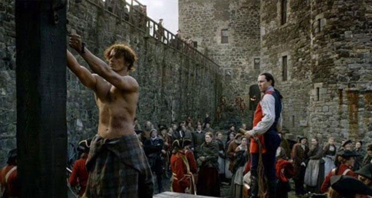 Cena de Outlander no interior do Castelo Blackness (Imagem: Reprodução/Starz)