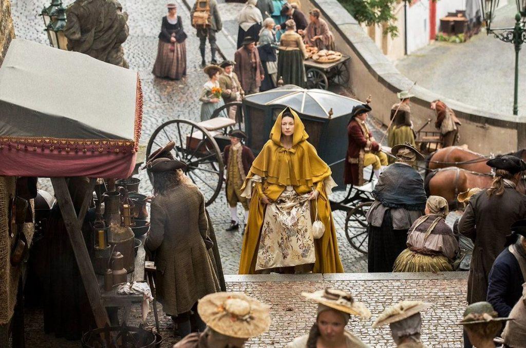Cena de Outlander na Radnicke Schoody, em Praga, República Checa (Imagem: Reprodução/Starz)