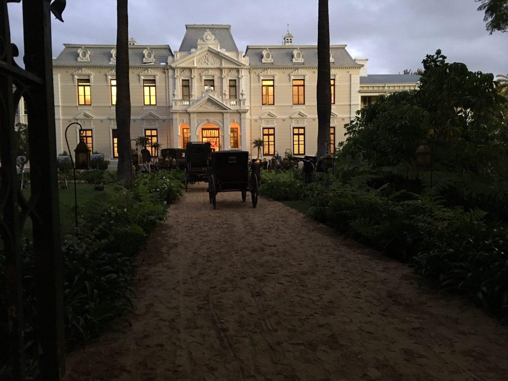 Cenas do set de filmagens de Outlander na Universidade de Stellenbosch, em Cabo Ocidental, África do Sul (Imagem: Reprodução/Starz)