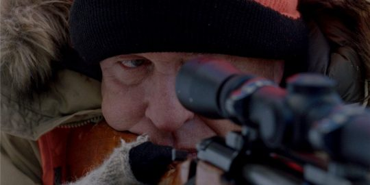 Tom Berenger no papel de Jim Reed em Perseguição na Neve (Imagem: Divulgação/Screen MEdia Films | Netflix)