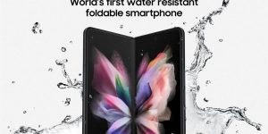 Imagem promocional do Galaxy Z Fold 3 enaltecendo a resistência a água do dispositivo (Imagem: Divulgação/Samsung)