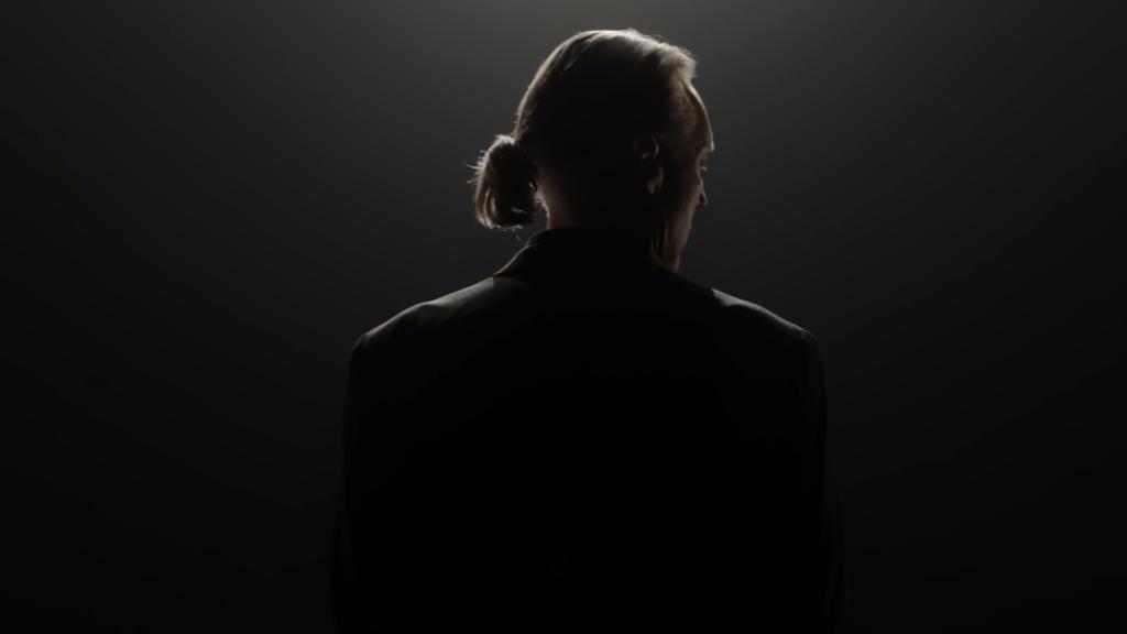 Thomas Ian Griffit como Terry Silver em um dos teasers da 4ª temporada de Cobra Kai (Imagem: Reprodução/Netflix)