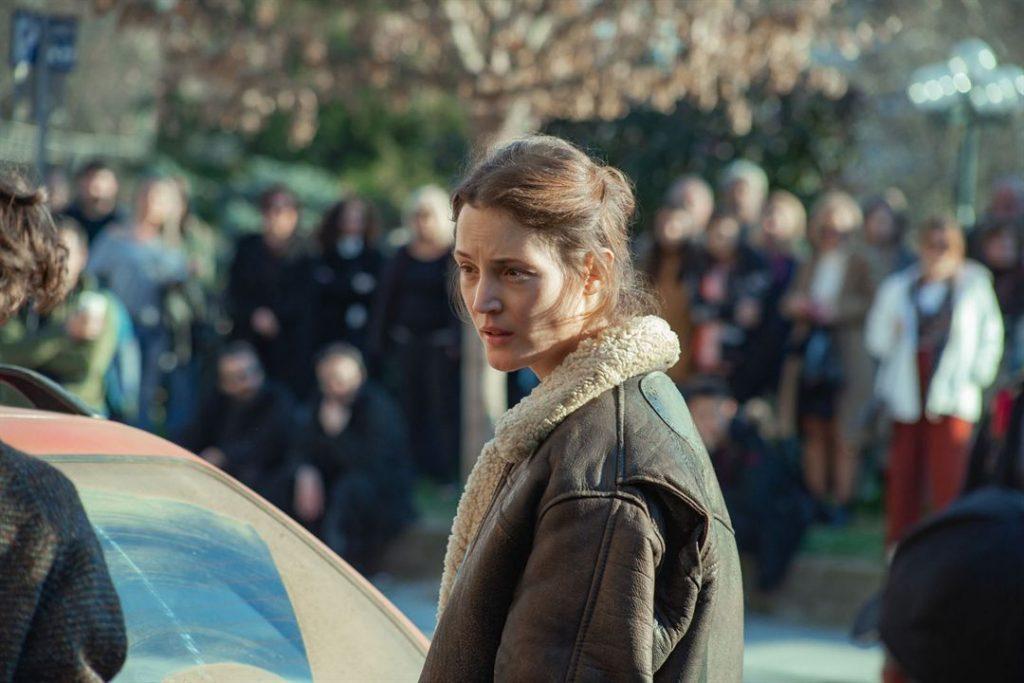 A atriz Vicky Krieps como a ativista política Lena no filme Beckett (Imagem: Divulgação/Netflix)