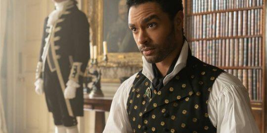 O ator Regé-Jean Page como Simon Basset, o Duque de Hastings, na série Bridgerton (Imagem: Divulgação/Netflix)