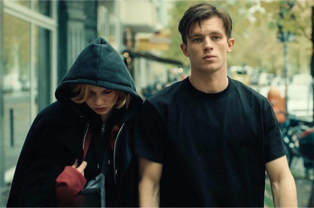 À esquerda, Luna Wedler como Maxi; à direita, Jannis Niewöhner como Karl (Imagem: Divulgação/Pandora Film Verleih   Netflix)