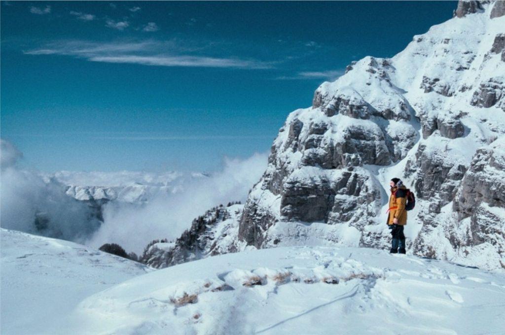 Cena do filme O Pai Que Move Montanhas, com o protagonista nos gelados MOntes Bucegi (Imagem: Divulgação/Netflix)