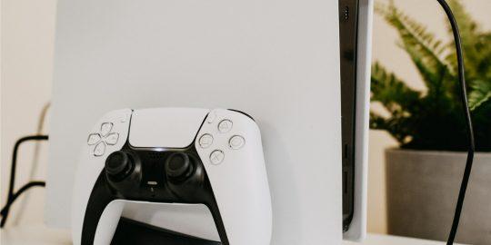 A produção do console PlayStation 5 é uma das mais afetadas pela escassez de chips (Imagem: Hello I'm Nick/Unsplash)
