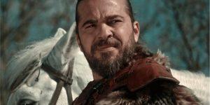 O ator turco Ergin Altan Düzyatan como Ertugrul na série Resurrection Ertugrul (Imagem: Divulgação/TRT 1 | Netflix)