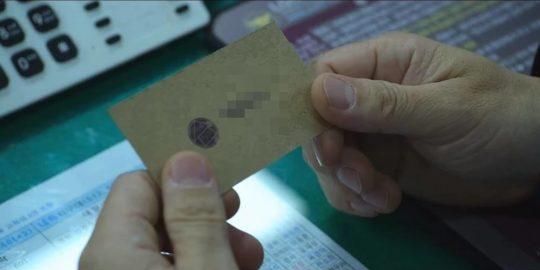 O cartão com o número de telefone exibido no 1º episódio de Round 6 (Imagem: Reprodução/Netflix)