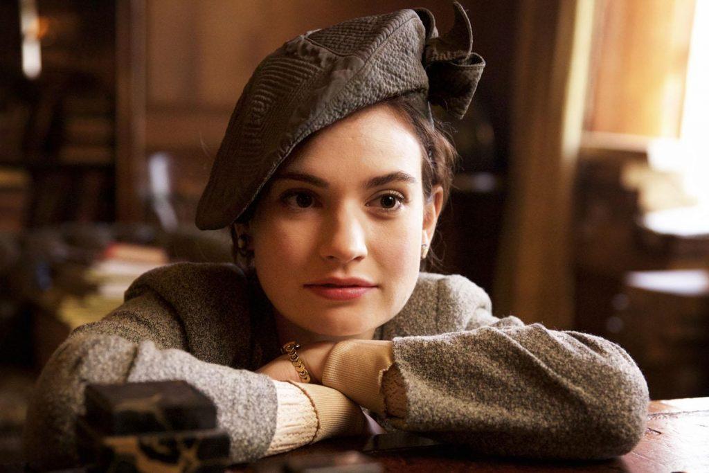 A atriz Lily James como Juliet Ashton em A Sociedade Literária e a Torta de Casca de Batata (Imagem: Divulgação/Netflix)