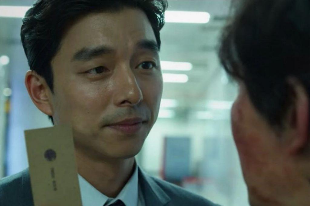 Cena em que o protagonista Gi-hun recebe um convite para participar da competição de Round 6 (Imagem: Reprodução/Netflix)