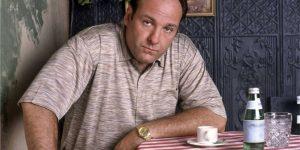 James Gandlfoni como Tony Soprano, protagonista de The Sopranos, série que pode ganhar em breve uma prequel no HBO Max (Imagem: Reprodução/HBO)